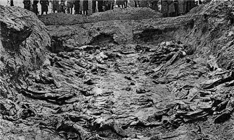 Jako první se o masakru dozvědí Němci, sovětské vedení proto svalí vinu na ně.