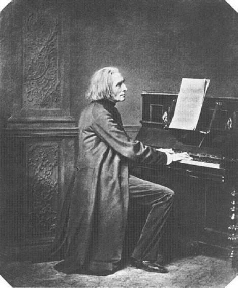 Jako starý muž si klavírista Ferenc Liszt stejně dopřává mladé milenky.