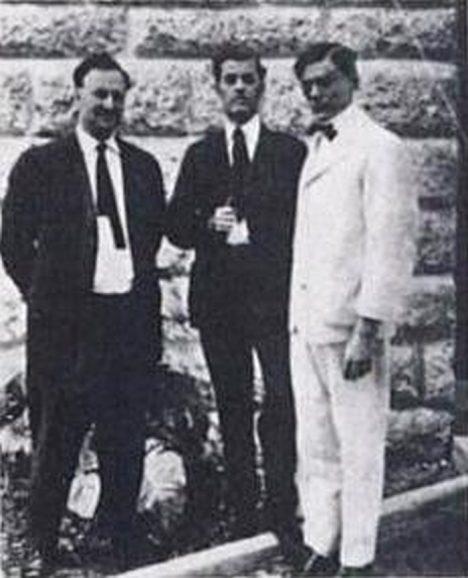 John vpravo
