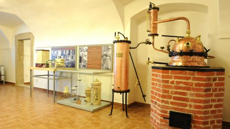 K výrobě léčiv v kukské lékárně slouží stroj na míchání. Většina surovin pro přípravu medikamentů se získává z bylinkové zahrady u špitálu.