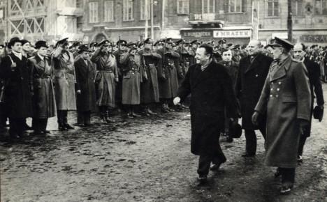 Klement Gottwald provádí přehlídku jednotek SNB a Lidových milicí 28. února 1948. Tehdy už mají komunisté tisk plně pod kontrolou.