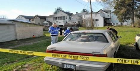 Koroner James F. Kelley na místě nálezu těla LaFerrari ve dvoře domu na ulici Catawissa Avenue.