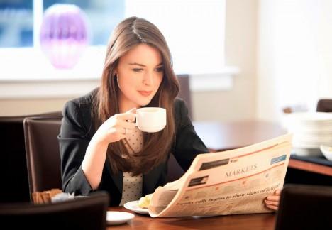 2. mýtus: Pijme kávu, zhubneme Skutečnost: Lidé si tohle myslí, protože káva mírně odvodňuje. Nutnou podmínkou zhubnutí ale je, aby byl organismus plně zavodněný. Nedostatek vody narušuje schopnost těla zpracovávat tuky. Mnozí lidé, kteří drží krátkodobé diety, si myslí, že za pár dní zhubli 3–5 kilo. Ve skutečnosti jenom ztratili vodu a nezbavili se žádného tuku. Dehydratace nevyhnutelně povede k okamžitému přibrání na váze, jakmile se vrátíte k normálnímu jídlu a pití.