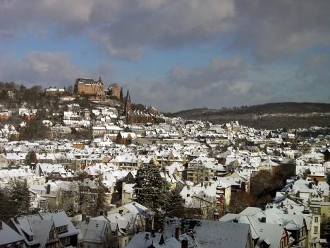 Město Marburg v německé spolkové zemi Hesensko. Na zdejším hradě (na kopci) se ve 14. stoleí zřejmě poprvé topilo pomocí primitivního výměníku.