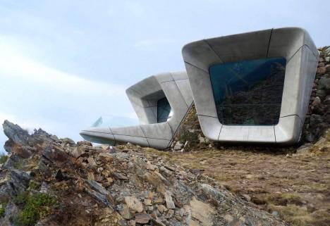 Za opravdu nevšední podobou muzea stojí světoznámá architektka iráckého původu Zaha Hadid.