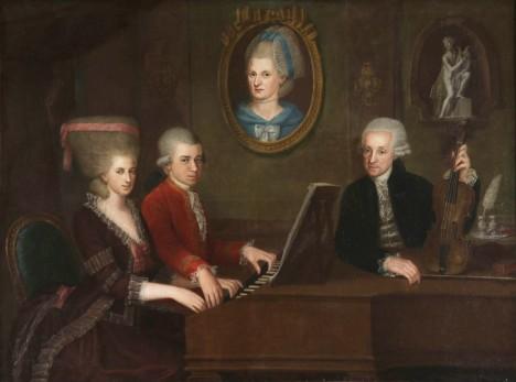 Mozartovy děti zleva sestra Marie Anna a Wolfgang.  Leopold Mozart se snaží talenti obou svých dětí dobře zpeněžit.