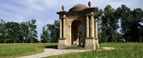 Návštěvu habsburské vládkyně dodnes ve Veltrusích připomíná pavilon Marie Terezie v zámeckém parku.