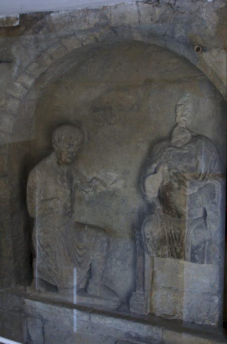 Na Juditině věži mostu se zachoval reliéf. Je jedním z mála svědectví o podobě mostu.