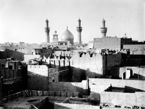 Na hřbitově v Údolí míru s dominantní Alího hrobkou se pohřbívá nepřetržitě už 1400 let.