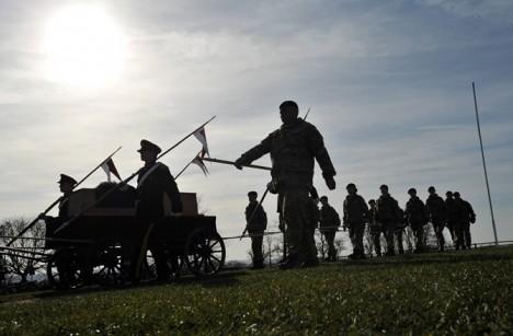 Na počest zesnulého panovníka proběhla v neděli 22. března i oslavná salva 21 výstřelů z děla.