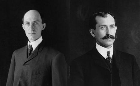 Než se vrhnou na výzkum v oblasti letectví, jsou bratři Wrightové nadšenými cyklisty.