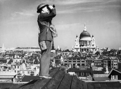 Nebe nad Londýnem hlídaly v době 20. světové války hlídky. Pozorovaly, zda se neblíží nepřátelské letouny.
