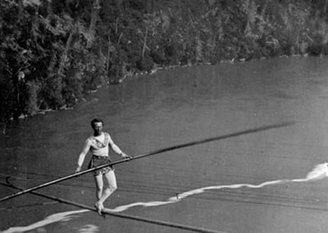 Niagara odjakživa přitahovala dobrodruhy z celého světa. Francouz Charles Blondin ji v roce 1859 přejde po laně.