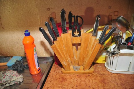 Nože v Sarkisjanově kuchyni. Ten největší schází.