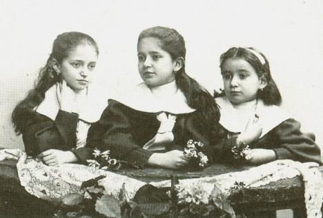 O Kafkovy sestry (zleva Valli, Elli a Ottla) i mladého Franze se v dětství starají hlavně chůvy.