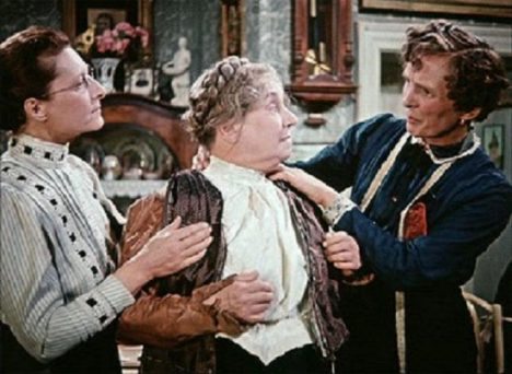 Občas se Poznerová mihne i ve filmu - Měsíc nad řekou z roku 1953.