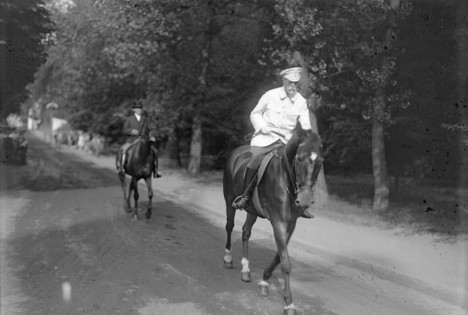 Oblíbené vyjížďky na koni si prezident Masaryk nikdy nenechá ujít.