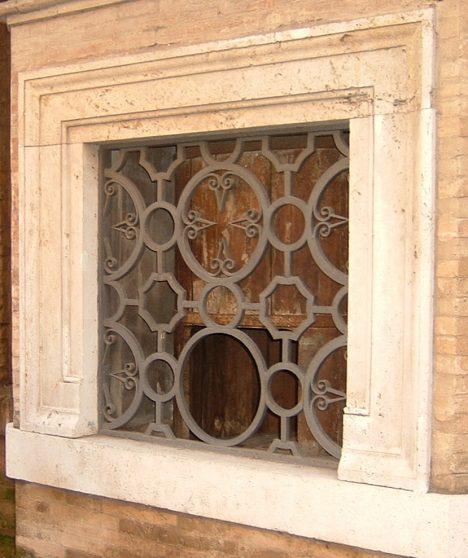 Okénko babyboxu v římském kostele svatého Ducha.