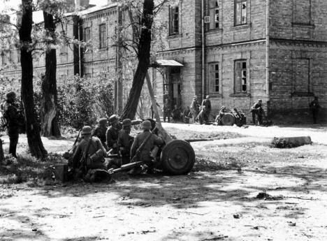 Přeživší obránci Brestu jsou Stalinem označeni za zrádce, protože se vzdali nepříteli.