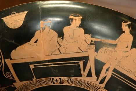 Při řeckých hostinách se podává alkohol. Začátky ale patří ředěným nápojům.