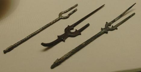 Původně měly vidličky jenom dva zuby. Třetí zub se u ní objevuje až v 18. století.