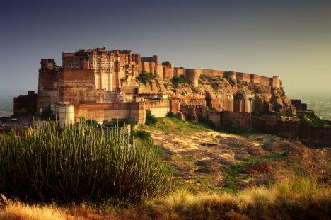 Základy pevnosti byly položeny vroce1459 na hoře, kde do té doby sídlil pouze jeden poustevník. Při svém nuceném odchodu pronesl kletbu, že se nově vznikající stavbě nebude dostávat vody. Skutečně idnes pevnost sužuje každé 3–4roky velké sucho.