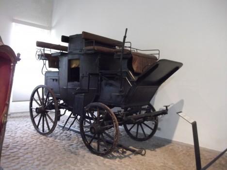 Poštovní kočár se hodí nejenom k přepravě balíků, ale i  lidí.