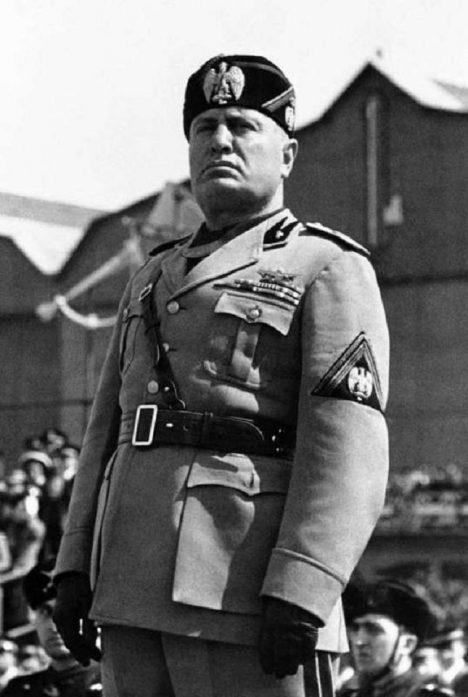 Po státním převratu je Mussolini zatčen. první odstavec