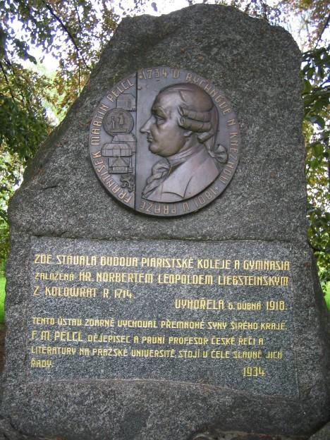 Pomník Františka Martina Pelcla v Rychnově nad Kněžnou. Proslaví se mimo jiné i tím, že se stane jedním z aktérů první české novinové aféry.