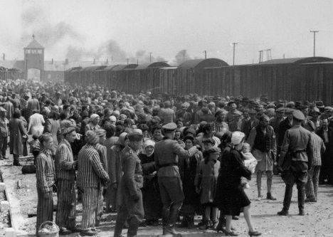 Selekce Židů v koncentračním táboře v Osvětimi. Na některých z nich bude osvětimský lékař provádět svoje nechutné experimenty.