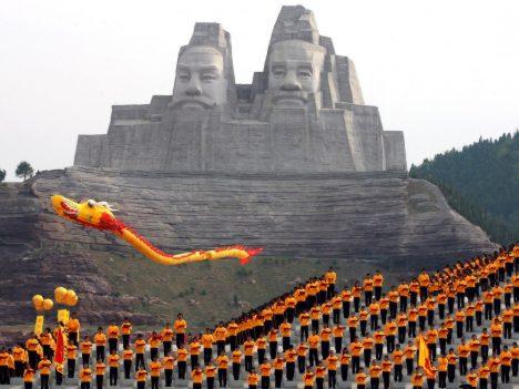I když byl tento ohromný monument budován v podstatě nedávno, trvala jeho stavba s moderní technikou celých 20 let. Tváře představují dva legendární čínské císaře, kteří měli žít před pěti tisíci roky a jsou považováni za zakladatele čínského národa. Sousoší dosahuje až do výšky 106 metrů a řadí se tak na páté místo mezi nejvyššími sochami světa. Císařovo oko je široké 3 metry a nos dlouhý 8 metrů.