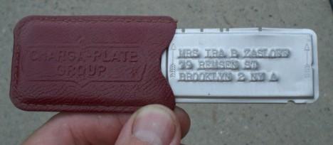 Staré platební karty hodné připomínají armádní identifikační štítky.
