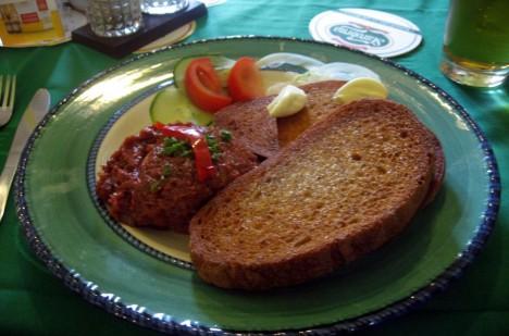 Miliony gurmánů ve světě  považují tatarský biftek za opravdovou delikatesu.
