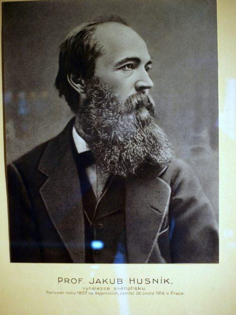 Teprve soudní aféra odhalí, že autorem vynálezu je učitel Jakub Husník.