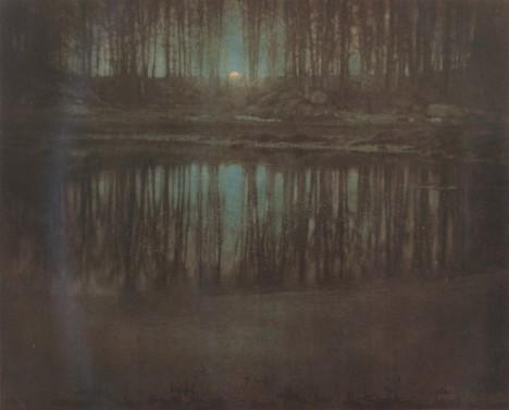 4. místo: The Pond—Moonlight - Roku 1904 vytvořil americký fotograf Edward Steichen jednu z prvních barevných fotografií. Záběr na rybník s měsícem se prodal za 2 928 000 dolarů, tedy přes 73 milionů korun.