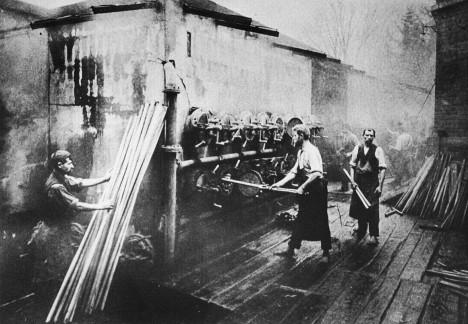 Výroba v Thonetově továrně. Ohýbání i těch nejkřehčích druhů dřeva je díky správnému technologickému postupu snadné.