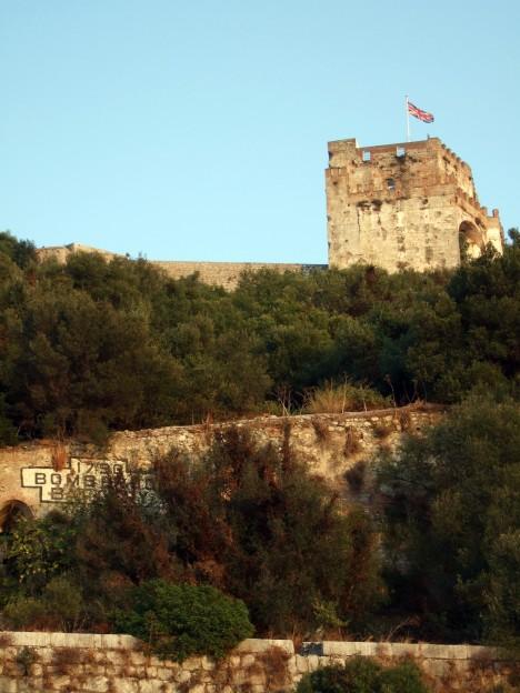 Věž maurského hradu, symbolu vlády Maurů v Gibraltaru. Právě Maurové přivezli do Španělska předchůdce dnešní kytary.