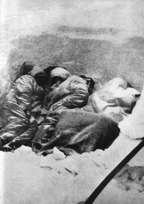 V lednu roku 1942 sužuje město velmi krutá zima.