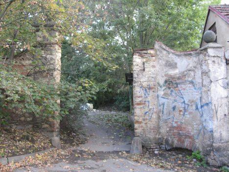 Vstup do bývalé zahrady v dnešních Riegrových sadech. Větší část Canalovy usedlosti posloužila jako stavební pozemky.