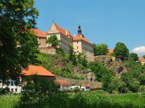 Zámek v Bechyni nechá Petr Vok nákladně přestavět a usadí se v něm.