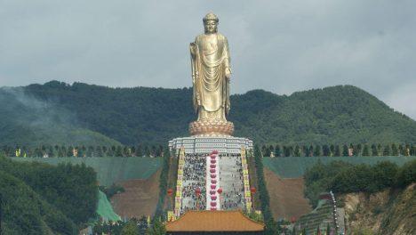 Vybudování sochy bylo mimo jiné čínským protestem proti řádění islámských radikálů v Afghánistánu, kteří zničili 1500 let staré sousoší Buddhů v Bamjánském údolí. Jde o nejvyšší sochu světa, jejíž postava měří 128 metrů. Pokud připočítáte podstavec ve tvaru lotosu, budovu kláštera pod nohama Buddhy a piedestal, činí celková výška 208 metrů. Povrch Buddhy je vytvořen ze 108 kilogramů zlata.