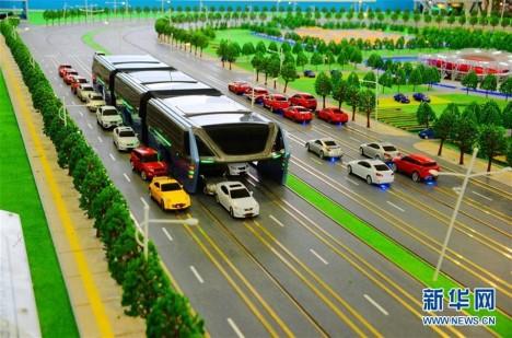 Je to autobus, tramvaj nebo něco mezi? Tak či tak v Číně věří, že je to budoucnost.