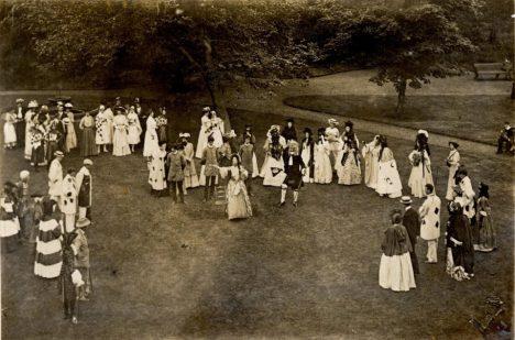 Propadly se ženy do minulosti?