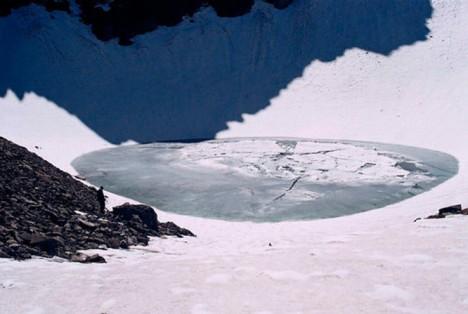 Vysokohorské ledovcové jezero Rúp Kund v indickém státě Uttarákhand objeví v roce 1942 lesní strážce. Brzy je zjištěno, že se v něm nalézá 300 až 600 lidských koster, jež jsou v různém stadiu rozkladu.