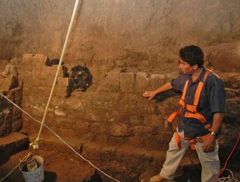 Archeologové se snaží prozkoumat záhadný tunel, který byl odhalen v roce 2003 pod chrámem Opeřeného hada ve zřícenině posvátného města Teotihuacán.