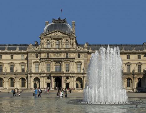 Obraz vlastní francouzská vláda a je vystaven v Louvru .