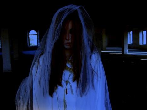 Přízrak ženy v bílém dovedl ostrahu obchodního domu až do kláštera, kde chtěl vyhledat pomoc.