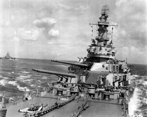 Americká bitevní loď Iowa byla vyslána, aby napadla japonský severní svaz. Mezitím ale zaútočil na invazní jednotky u Leyte střední svaz.