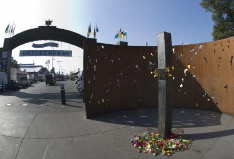 Explozi měl na svědomí britský minometný granát, který byl upraven tak, aby se roztrhal na co nejvíce střepin. Hrozivý účinek šrapnelů připomíná i pietní pomník obětí útoku.