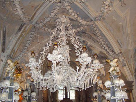 Kostnice je podzemní kaplí hřbitovního kostela, kolem kterého byly pohřbeny doslova desetitisíce lidí. Jak se ale z uložených kostí stala unikátní výzdoba? Když se na konci 15. století hřbitov zrušil, poloslepý sedlecký mnich seskládal v roce 1511 exhumované kosti vně i uvnitř podzemní kaple do velkých pyramid. Kosti pak v 18. století použil k výzdobě také stavební mistr František Rint.